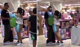 Rapper Wowy bị quay lén khoảnh khắc đáng yêu khi đứng yên để bạn gái ướm thử mặt nạ