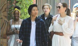 Là minh tinh hàng đầu thế giới nhưng Angelina Jolie thú nhận bị cả 6 con cấm làm chuyện này