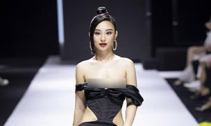 Hoa hậu Thế giới người Việt tại Pháp 2019 lên tiếng về sự cố tuột quai áo, để lộ một bên ngực