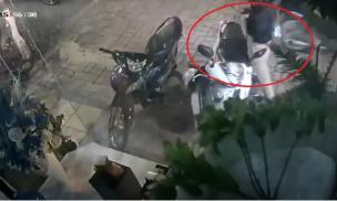 Cô gái bị giật túi xách chứa 50 triệu đồng khi đang đứng trước nhà nghe điện thoại