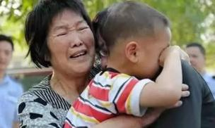 Bé gái 3 tuổi bị lạc ở ga tàu, sau khi bộ đàm gọi tên bố, ai cũng ôm miệng bật cười