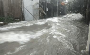 Nghệ An: Nước mưa chảy cuồn cuộn chảy như biển động khiến nhiều người khiếp sợ