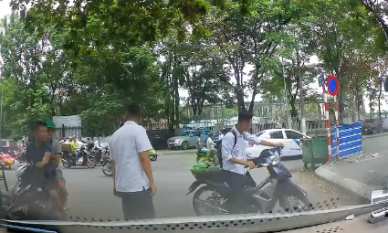 Đi xe máy phóng nhanh, nam sinh may mắn thoát nạn dưới gầm ô tô