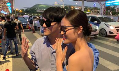 Vợ chồng son Đông Nhi và Ông Cao Thắng tay trong tay về đến Sài Gòn, liên tục khoe nhẫn cưới sau hôn lễ thế kỉ