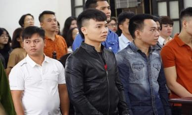 Hàng trăm người tập trung tại tòa để theo dõi phiên xử Khá Bảnh