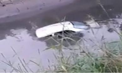 Đổ dốc khi đang tập lái, nữ học viên cho cả ô tô và thầy lao xuống mương