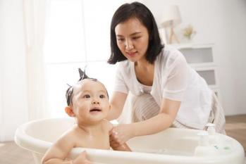 Tắm cho bé vào mùa đông: 3 thời điểm cần tránh nếu không muốn con bị ốm