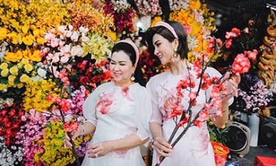 Kim Tuyến diện áo dài thướt tha cùng mẹ xuống phố dịp cuối năm
