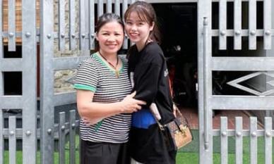 Bạn gái mới chính thức về ra mắt, ôm mẹ Quang Hải đầy tình cảm