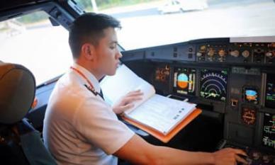 'Cơ trưởng đẹp trai nhất Việt Nam' Quang Đạt tiết lộ chi phí học tập và thu nhập khủng của nghề phi công