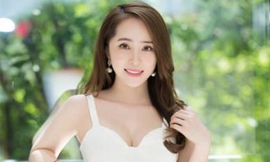 Quỳnh Nga mặc váy trắng muốt tôn vòng một, điệu đà như tiểu thư