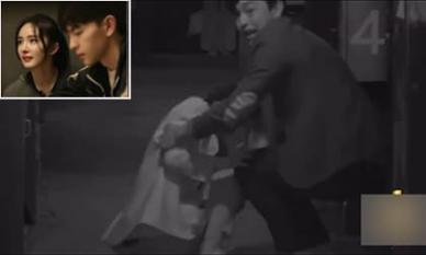 Dương Mịch 'sợ chết khiếp', bị trai trẻ Đặng Luân kéo lê trên sàn nhà cả mét