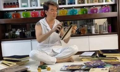 Đàm Vĩnh Hưng gây thương nhớ khi dùng nước hoa xịt vào từng album gửi đến người hâm mộ