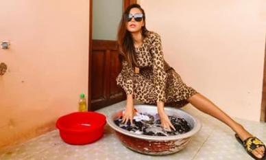 Minh Tú 'vật vã' giặt đồ tại khu cách ly vì chân quá dài