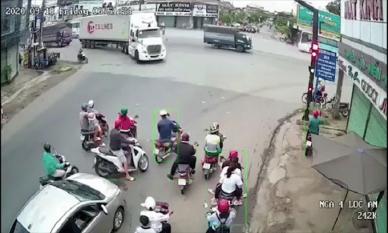 Liều lĩnh tạt đầu container giữa ngã tư, nam thanh niên bỏ mạng dưới bánh xe