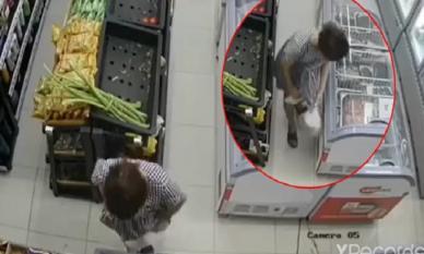 Vờ lựa hàng trong siêu thị, người phụ nữ nhanh tay giấu 2 khay tôm vào bên trong váy