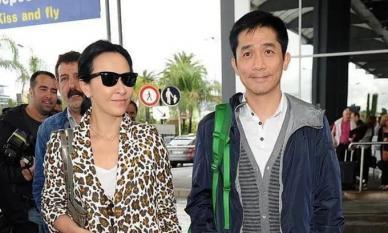 Lưu Gia Linh 54 tuổi vẫn thích ăn mặc phô trương với áo khoác họa tiết da báo, 'lấn át' hào quang của ông xã Lương Triều Vỹ
