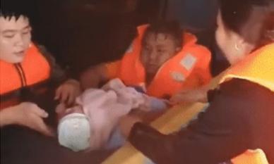 Tiếng khóc xé lòng của cháu bé sơ sinh được giải cứu giữa biển nước lũ mênh mông khiến ai cũng xót xa