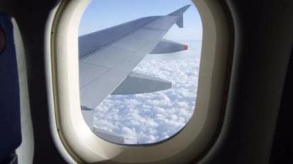 Có một lỗ nhỏ trên cửa sổ máy bay! Cửa sổ có bị hỏng không?
