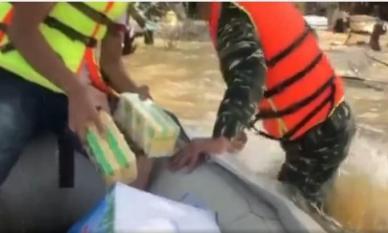 Xót xa cảnh bé trai chới với giữa dòng nước lũ nhận đồ cứu trợ, anh bộ đội có hành động khiến ai cũng ấm lòng
