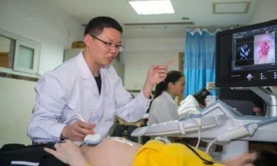 Mẹ chồng tháp tùng con dâu đi khám thai, tới nơi bác sĩ hỏi một câu khiến con dâu ngượng chín mặt!