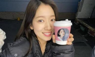 Trở lại phim trường sau xét nghiệm COVID-19, Park Shin Hye lộ gương mặt mộc đáng chú ý
