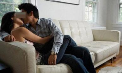 Lắp camera khi đi công tác, chàng trai sốc khi phát hiện vợ sắp cưới và đồng nghiệp ngủ với nhau ngay tại phòng khách