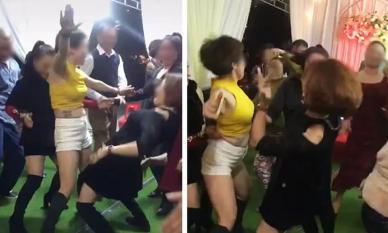 Hội mẹ chồng trung niên mặc gợi cảm nhảy cực sung trong đám cưới gây tranh cãi
