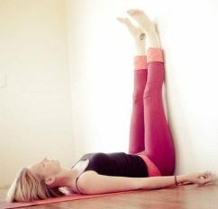 Dựa vào tường và kê cao chân trước khi đi ngủ một tháng, cơ thể bạn có 3 thay đổi rõ rệt, rất tốt cho sức khỏe
