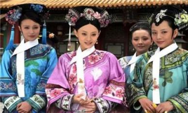 Chiếc khăn trắng đeo trên cổ các phi tần từ thời nhà Thanh không chỉ đẹp mà còn tạo sự thuận tiện cho Hoàng đế