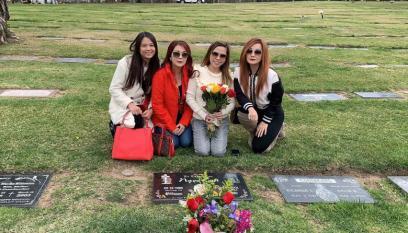 Vợ cũ Bằng Kiều và bạn bè viếng mộ cố ca sĩ Ngọc Lan