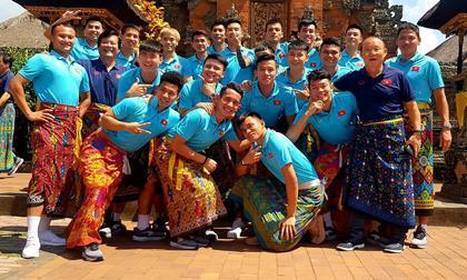 Dàn cầu thủ Việt Nam và thầy Park Hang-seo mặc sarông khi đi thăm đền ở Indonesia