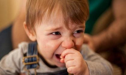 Bố mẹ thường ngại cho con đi xa vì trẻ hay khóc quấy trên xe, vậy phải làm thế nào?