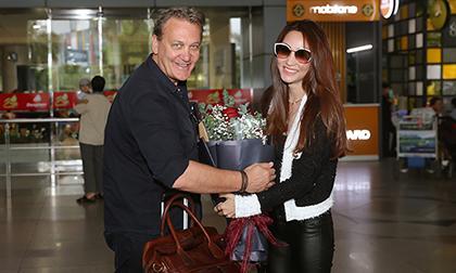 Diễn viên Ngân Khánh diện cả set đồ đen cực cá tính đón thầy của Hugh Jackman - Dean Carey đến Việt Nam