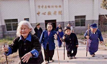 'Ngôi làng lùn' bí ẩn ở Trung Quốc: Khi người già trông như… bé lên ba