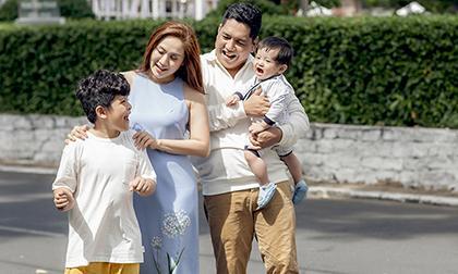 Thanh Thúy - Đức Thịnh hưởng tuần trăng mật cùng 2 trai trẻ