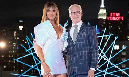 Siêu mẫu Heidi Klum khoe vòng một bốc lửa với đầm Công Trí khi sự show thiết kế đình đám 2020 Making The Cut