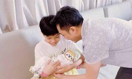 Cường Đô La đăng khoảnh khắc cực cảm động của Subeo khi tập ẵm em gái mới chào đời
