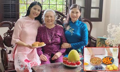 Hoa hậu Ngọc Hân làm bánh trung thu cực khéo, được mẹ và bà ngoại khen hết lời