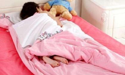 Nên để trẻ tè dầm lên giường hay đóng bỉm khi ngủ tối? Hầu hết các mẹ đang làm sai