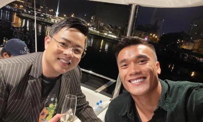 Quang Lê và thủ môn Bùi Tiến Dũng nhuộm lại màu tóc, vui vẻ check-in trên du thuyền