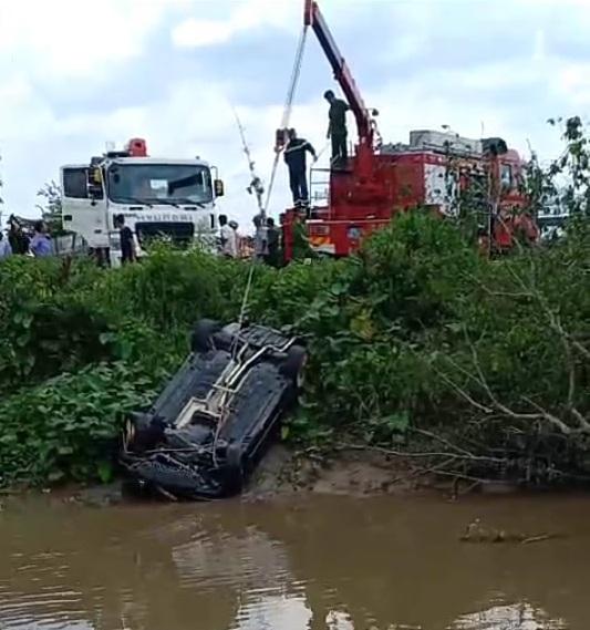 xe Mercedes chìm dưới kênh, 3 người tử vong trong xe mercedes, tai nạn giao thông