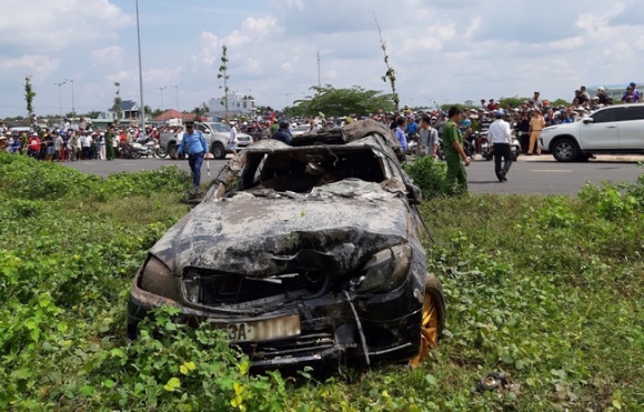 3 thi thể trong xe Mercedes, xe Mercedes lao xuống kênh, tai nạn giao thông