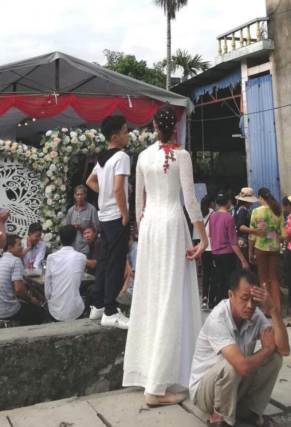 Chú rể Hải Phòng 1,4 m, cô dâu 1,94m, đũa lệch, đám cưới