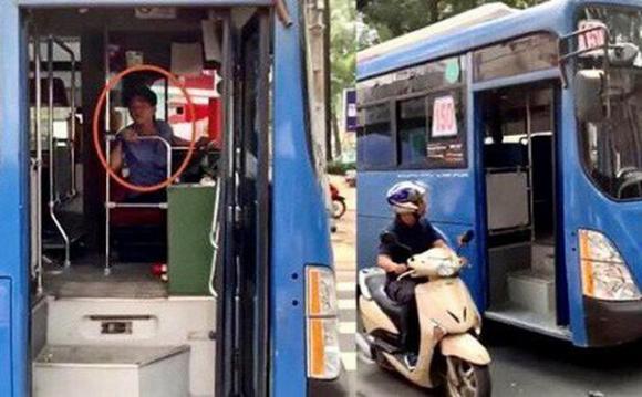 tài xế, xe buýt, hành vi phản cảm, vô văn hoá, nhổ nước bọt