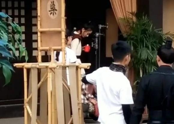 Triệu Lệ Dĩnh,Triệu Lệ Dĩnh che ô cho trợ lý,sao Hoa ngữ