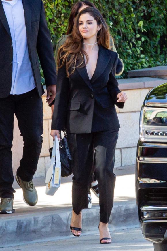 selena gomez, suit đen, khoe ngực, justin bieber, sao hollywood
