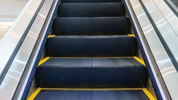 lưu ý khi sử dụng thang cuốn, thang cuốn có tác dụng gì, những đặc điểm của thang cuốn