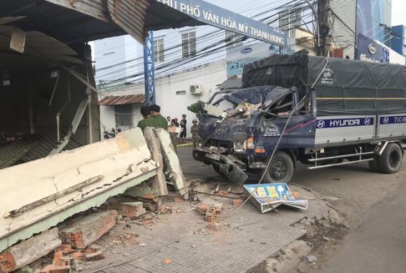 Xe tải đâm sập quán phở, tai nạn giao thông, tai nạn chết người