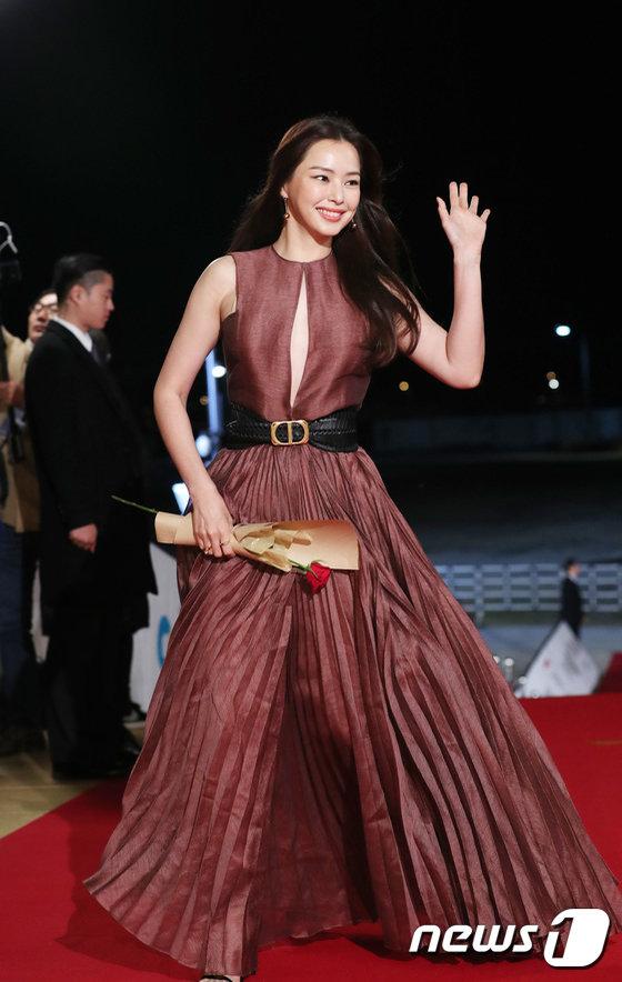 U50 Kim Hye Soo, honey lee, thảm đỏ Rồng Xanh